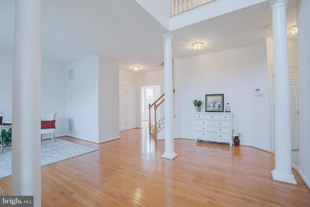 Large entry with 2 story foyer - 31 LANDMARK DR, STAFFORD