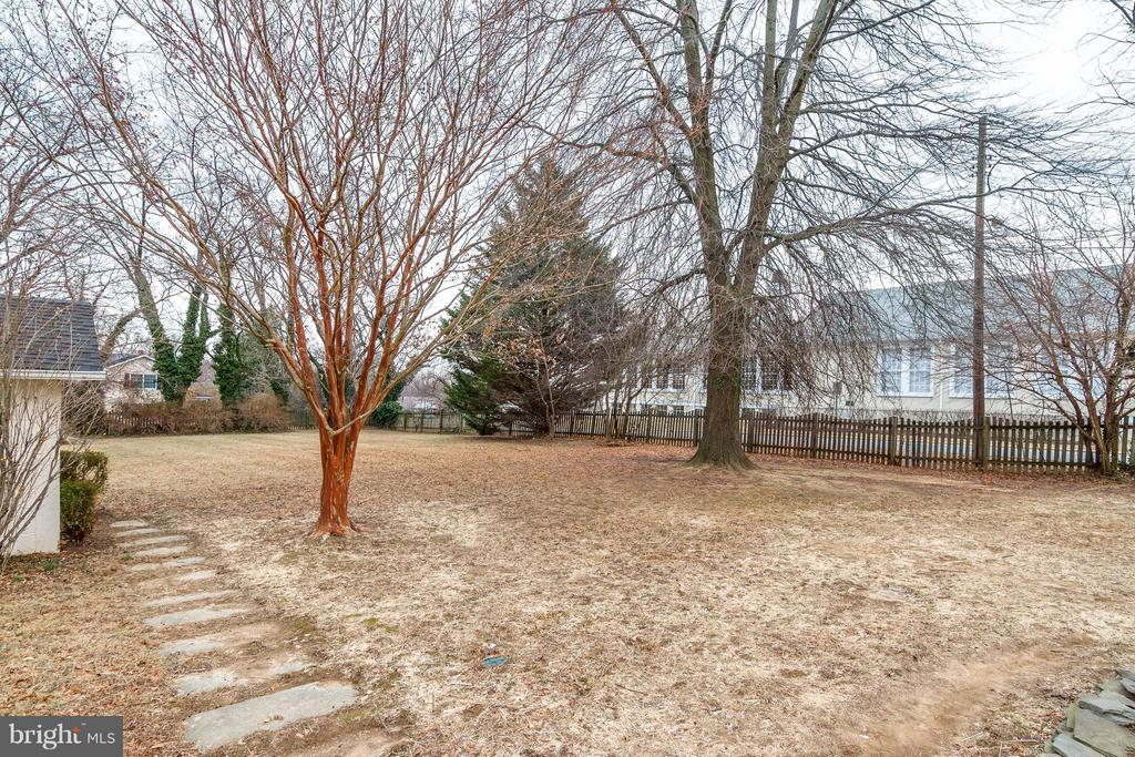 Back yard -Garden shed plus partial fencing - 350 ORCHARD DR, PURCELLVILLE