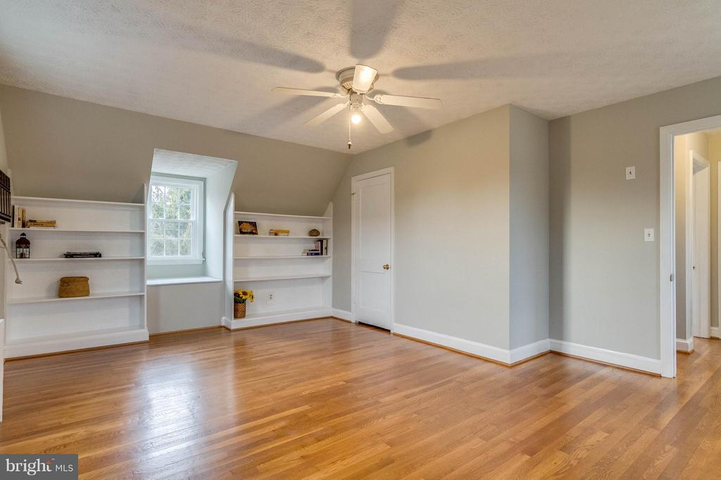 Gigantic master with built in shelving/window box - 350 ORCHARD DR, PURCELLVILLE