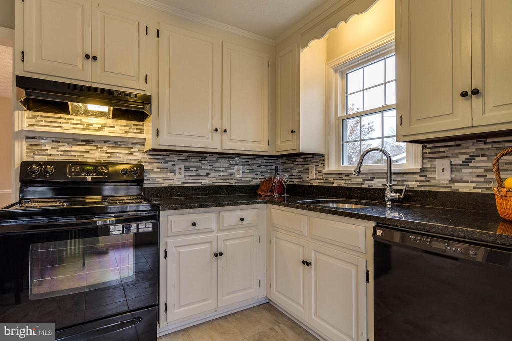 Updated kitchen-granite counters-tile flooring - 350 ORCHARD DR, PURCELLVILLE