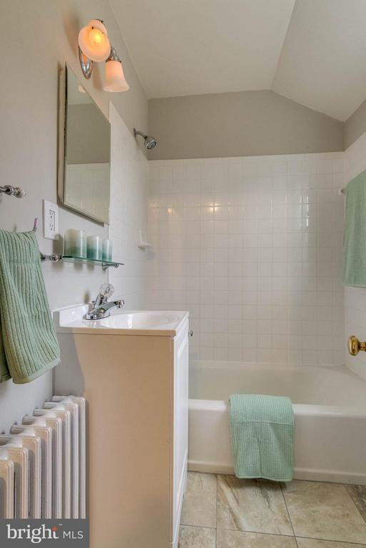 Upper level bath - 350 ORCHARD DR, PURCELLVILLE