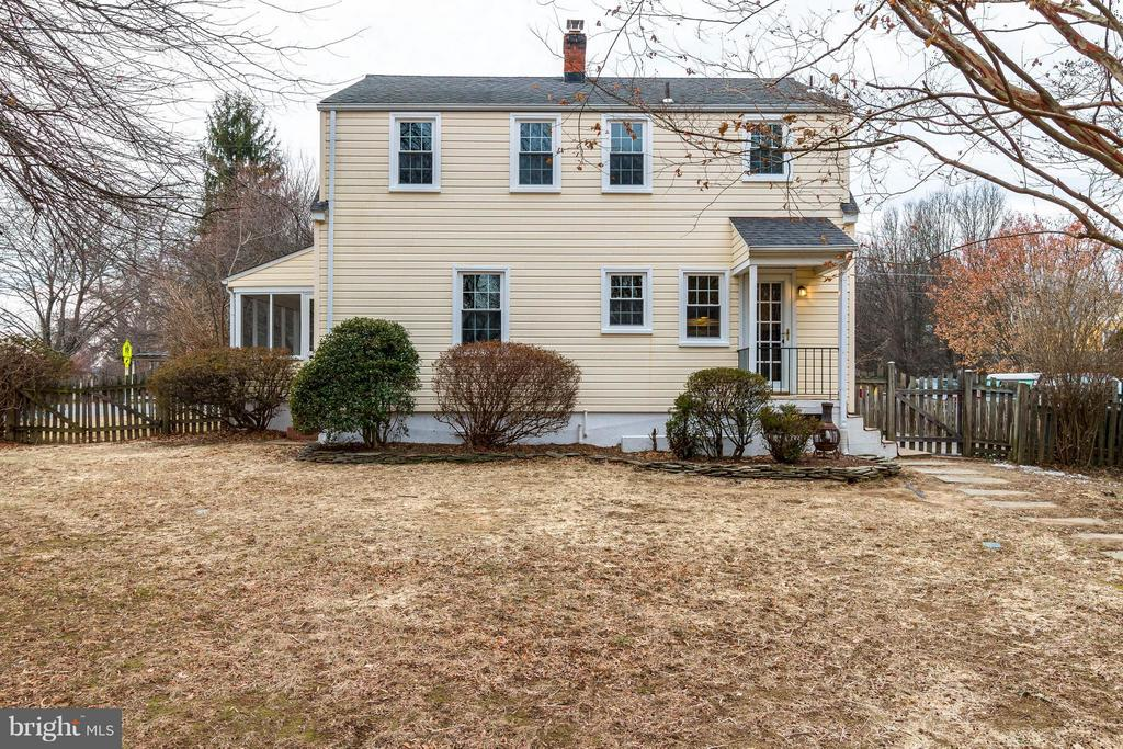 Cape Cod dormer houses two large bedrooms - 350 ORCHARD DR, PURCELLVILLE