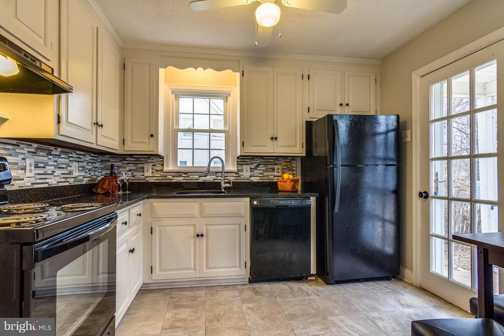 Notice French door to back yard - 350 ORCHARD DR, PURCELLVILLE