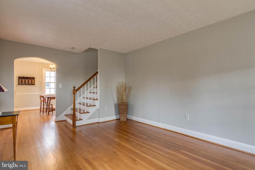 Notice refinished flooring - 350 ORCHARD DR, PURCELLVILLE