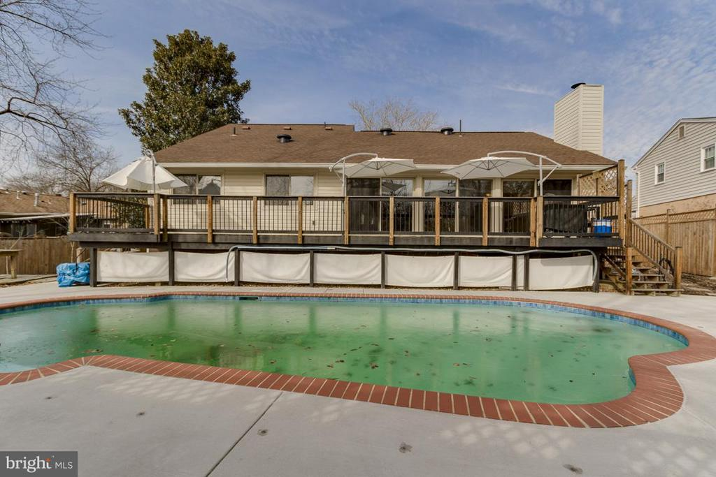 Private Outdoor pool with sundeck - 2401 WITTINGTON BLVD, ALEXANDRIA