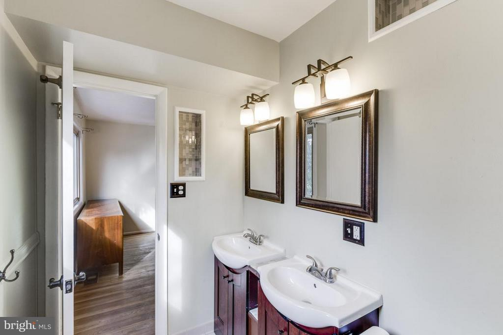 Main level bath (Master) - 2401 WITTINGTON BLVD, ALEXANDRIA