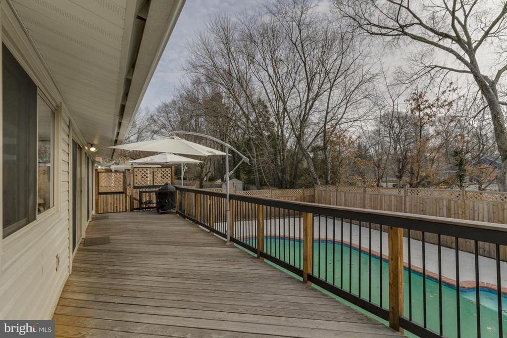 Back deck overlooking pool great for entertaining - 2401 WITTINGTON BLVD, ALEXANDRIA