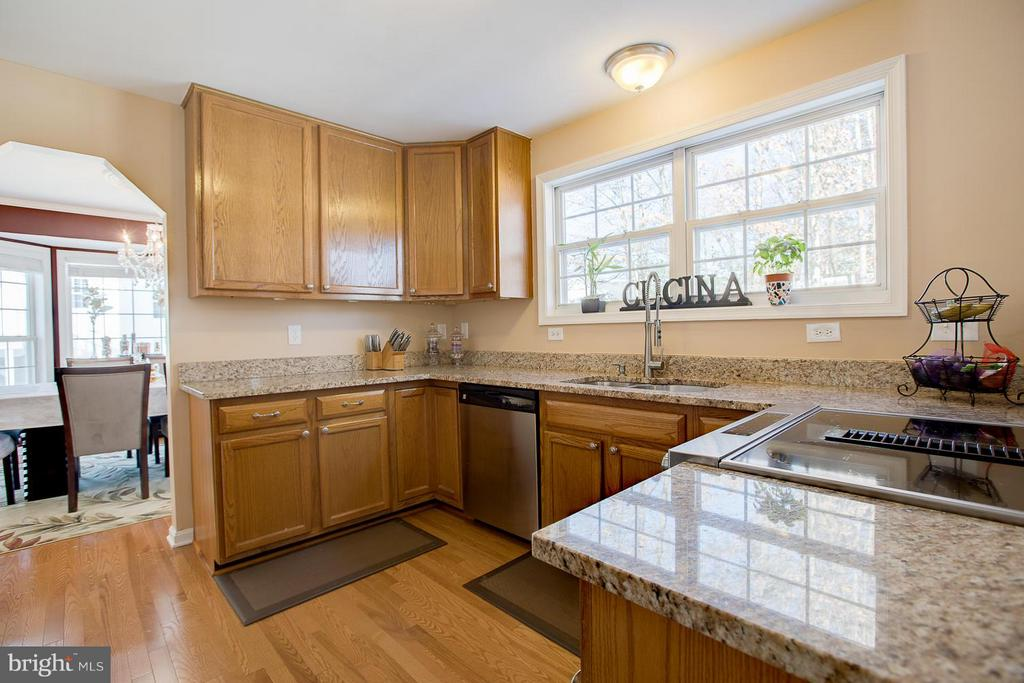Spacious Kitchen brings out the Chef in You! - 83 TANTERRA DR, STAFFORD