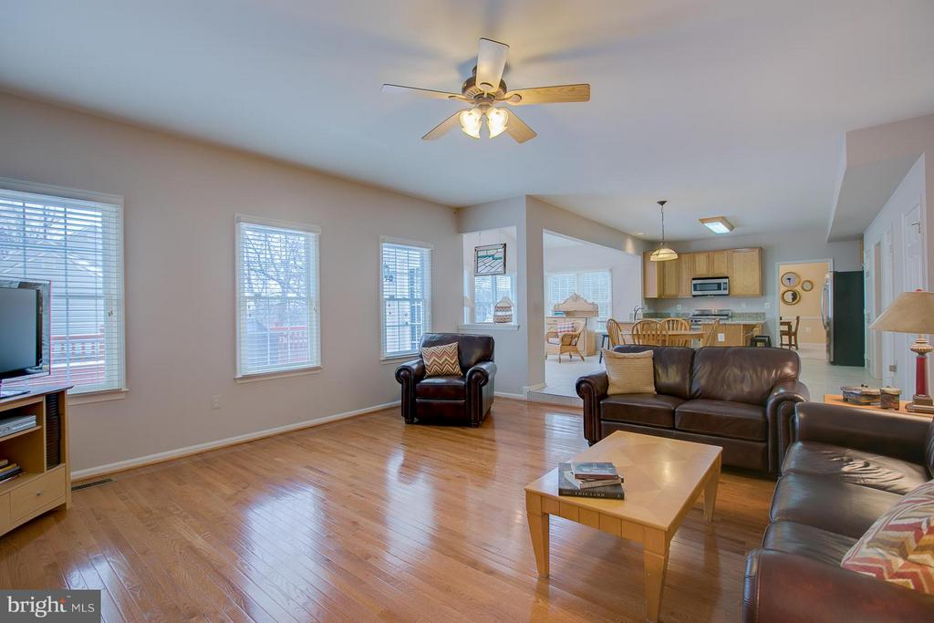Beautiful Hardwood Flooring & 4ft. Bump-Out! - 7 NEVILLE CT, STAFFORD