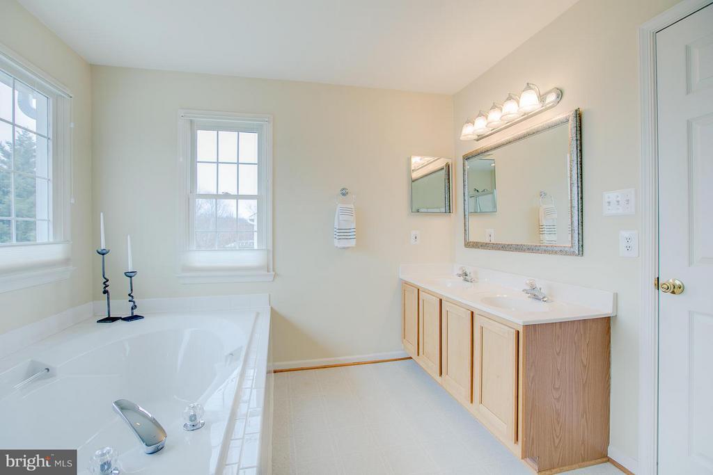 Lg.  Master W/ D Vanity, Lg. Shower & Tub - 7 NEVILLE CT, STAFFORD