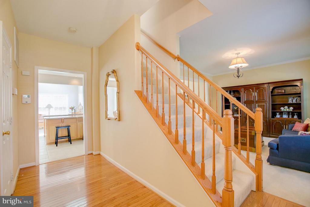 Bright And Open Entry - 7 NEVILLE CT, STAFFORD