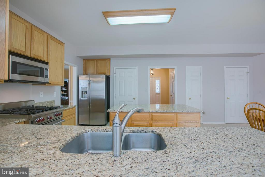 Beautiful Granite Counters w/Deep Sink - 7 NEVILLE CT, STAFFORD