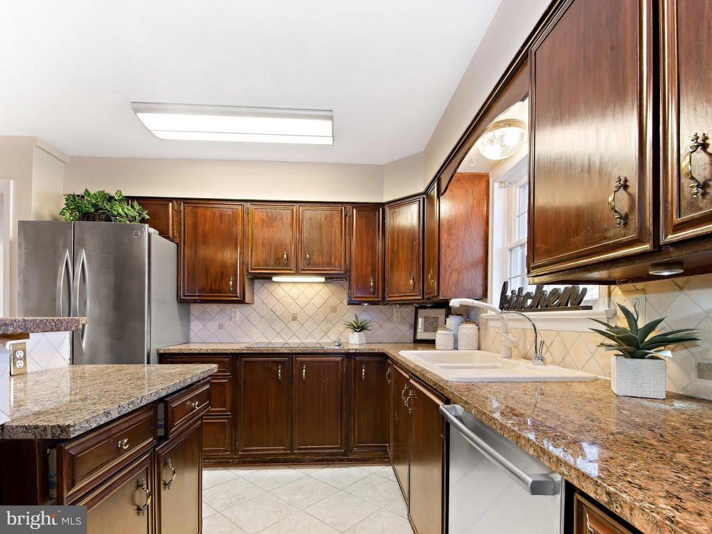 Open kitchen with Stainless Steel and Granite - 9830 QUAIL RUN CT, FAIRFAX STATION