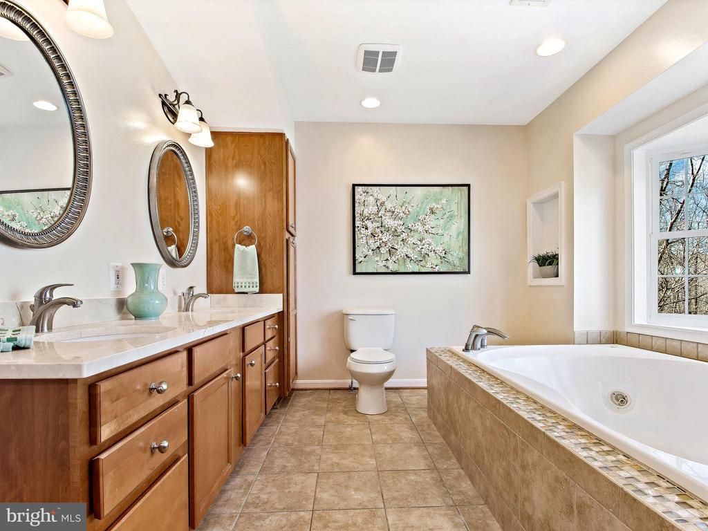 Updated Master with dual vanities - 9830 QUAIL RUN CT, FAIRFAX STATION