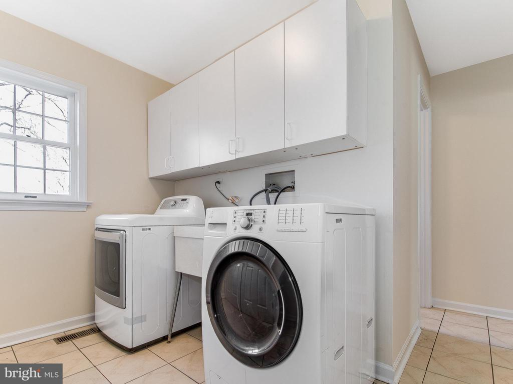 Laundry /Mud Room with ample closets - 9830 QUAIL RUN CT, FAIRFAX STATION
