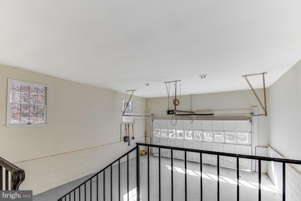 Oversized Garage with window and side door - 9830 QUAIL RUN CT, FAIRFAX STATION