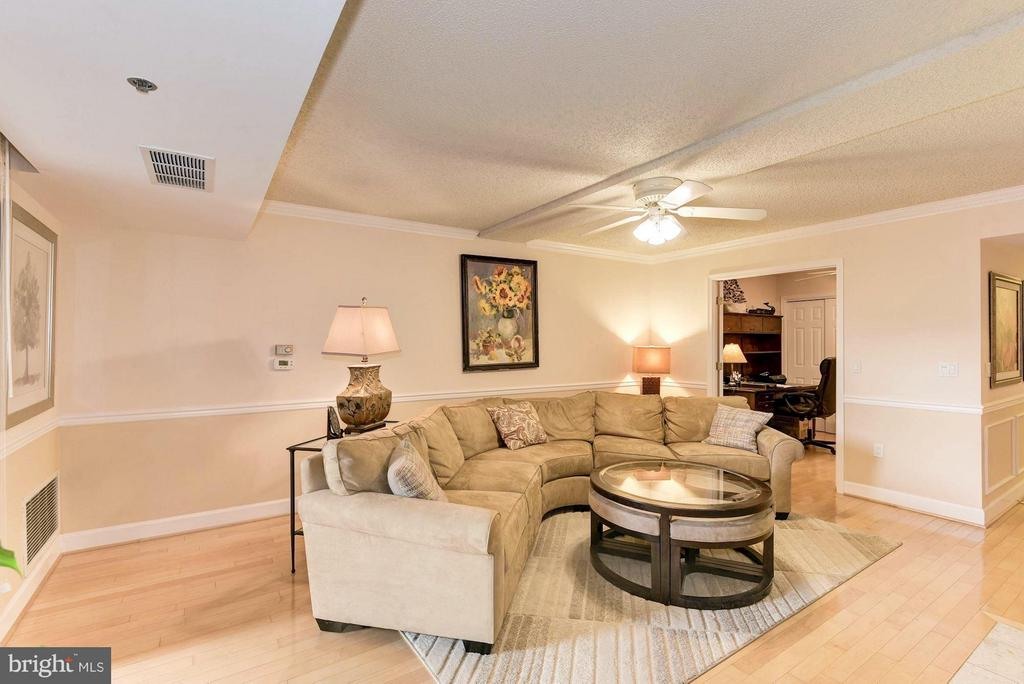 Hardwood floors throughout and great natural light - 1276 WAYNE ST #1221, ARLINGTON