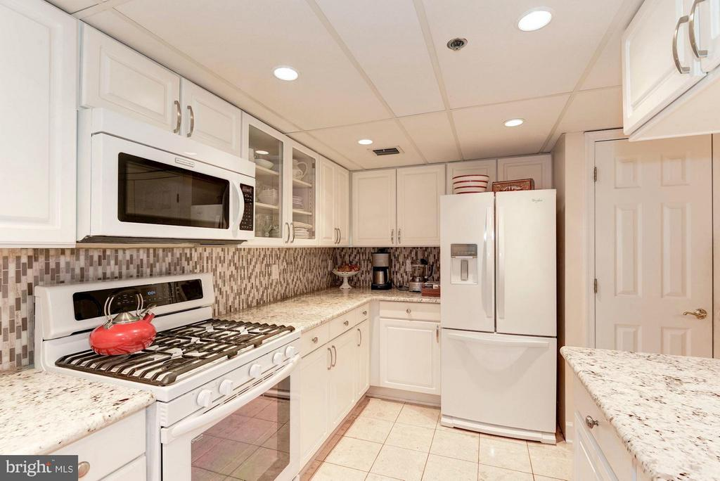 Granite counters newer ('14) appliances, gas range - 1276 WAYNE ST #1221, ARLINGTON