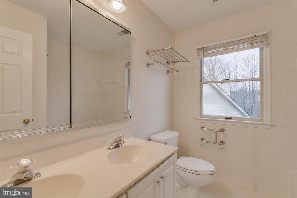 Full hall bath - 20000 GIANTSTEP TER, MONTGOMERY VILLAGE