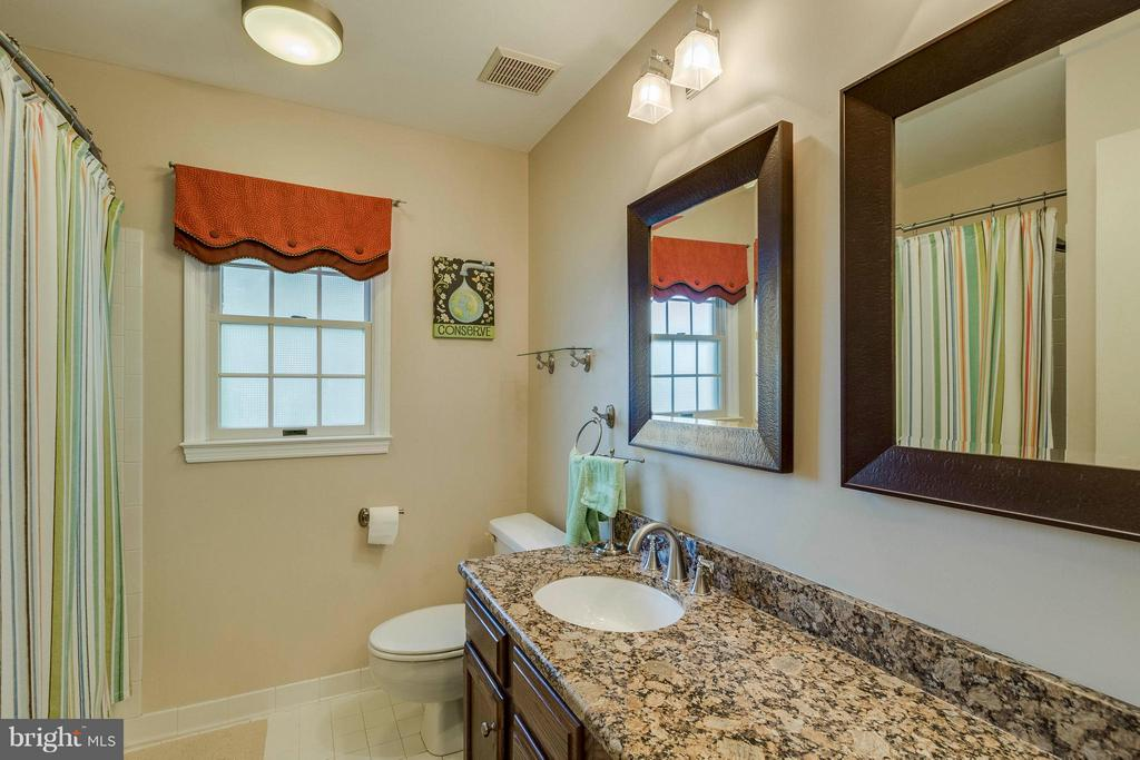Upper Level Full Bath - 20662 ASHLEAF CT, STERLING