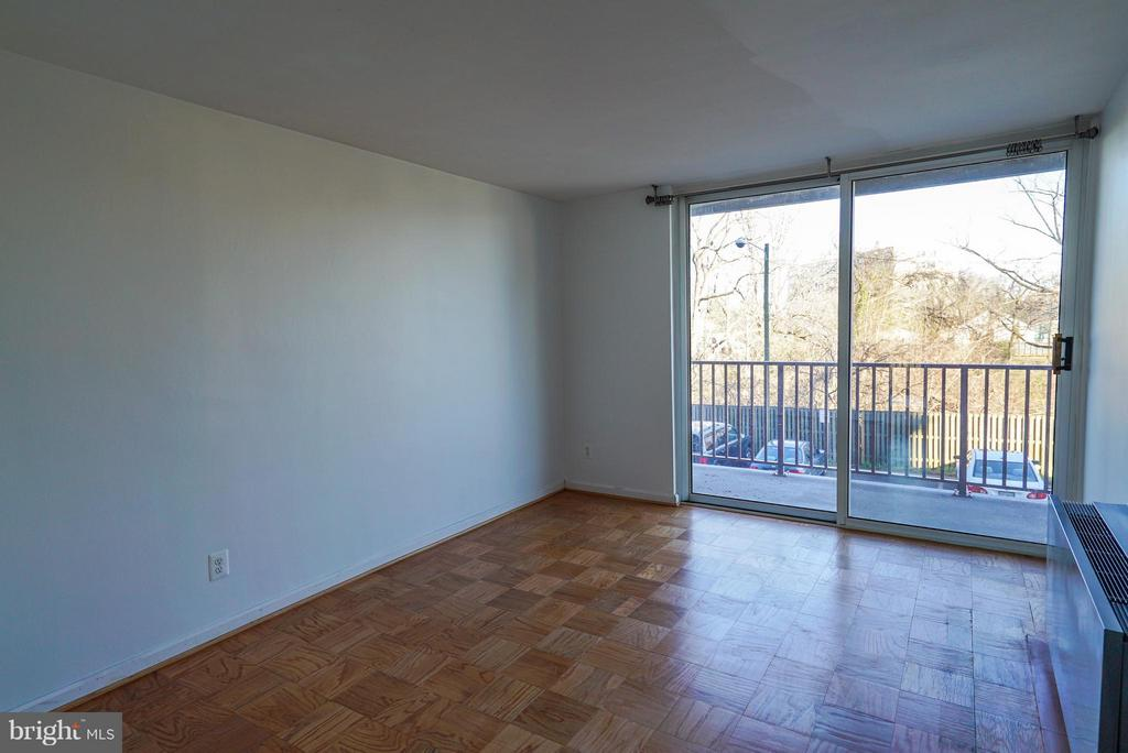 Master bedroom with great natural light - 4343 LEE HWY #203, ARLINGTON