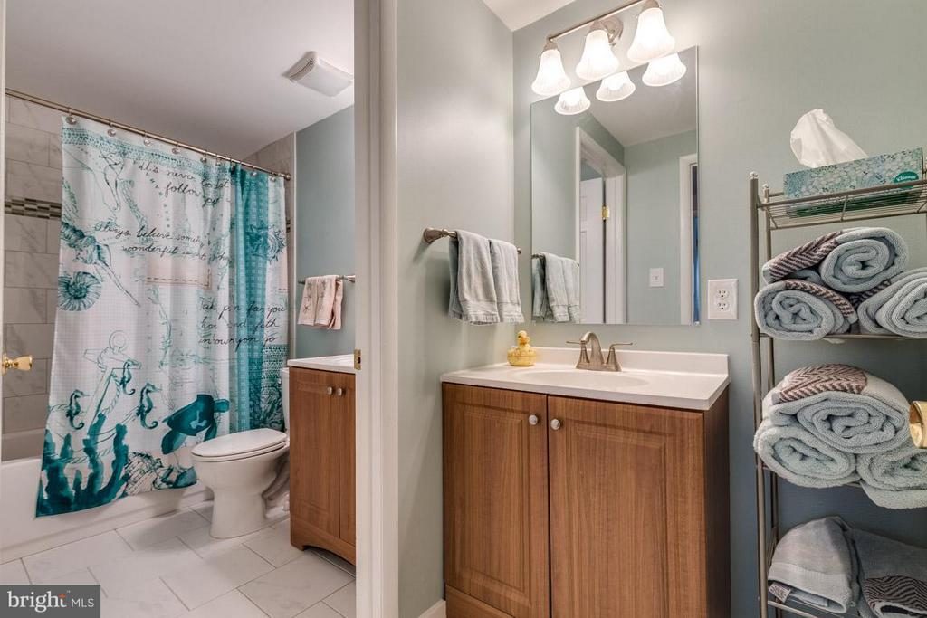 Updated Hall Bath with dual sinks - 2285 DOSINIA CT, RESTON