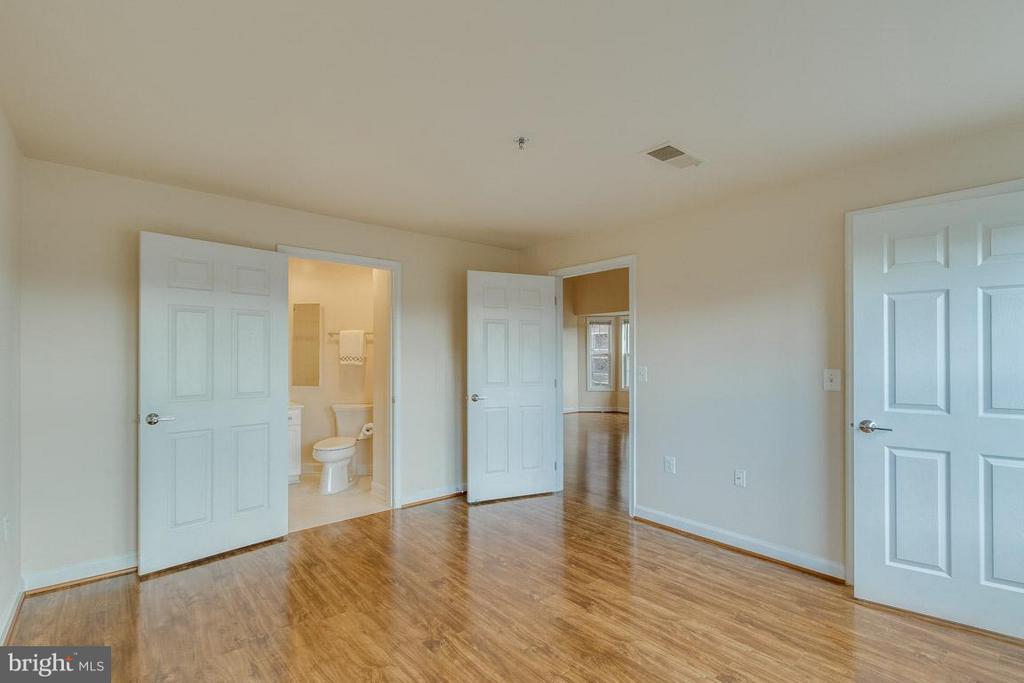 Second Bedroom w/ full bath - 1321 ADAMS CT N #402, ARLINGTON