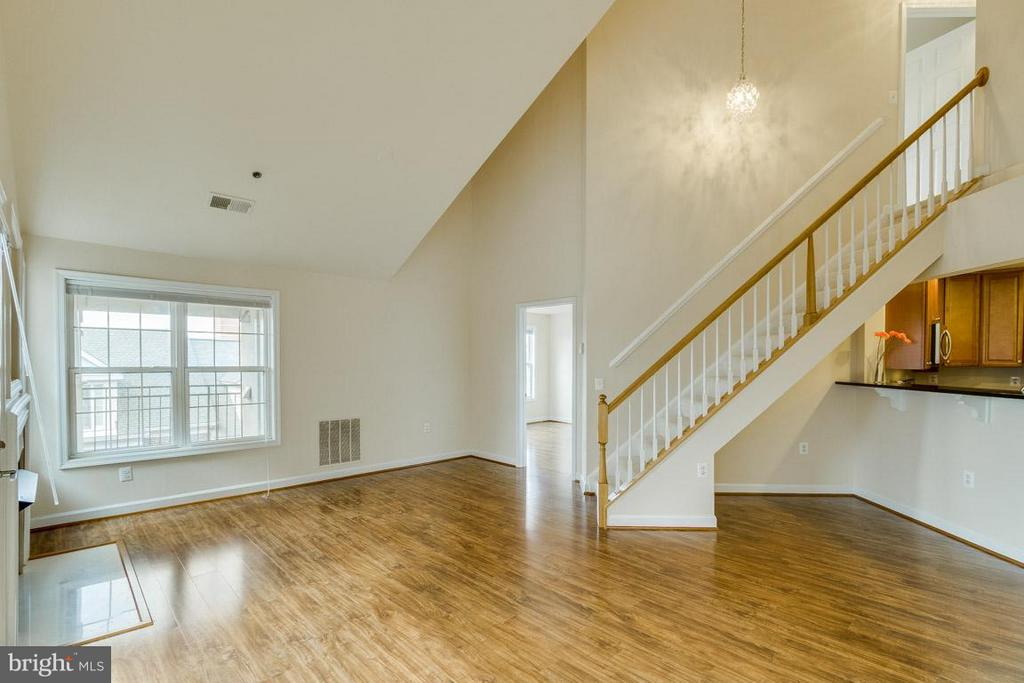 Living Room w/ stairs leading to master suite - 1321 ADAMS CT N #402, ARLINGTON