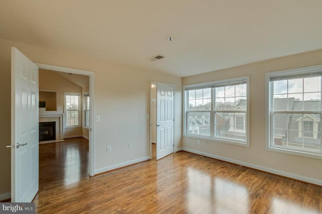 Second Bedroom w/ full bath and walk-in closet - 1321 ADAMS CT N #402, ARLINGTON