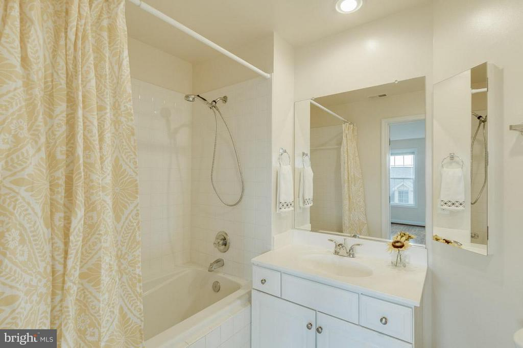 Bath in second bedroom - 1321 ADAMS CT N #402, ARLINGTON