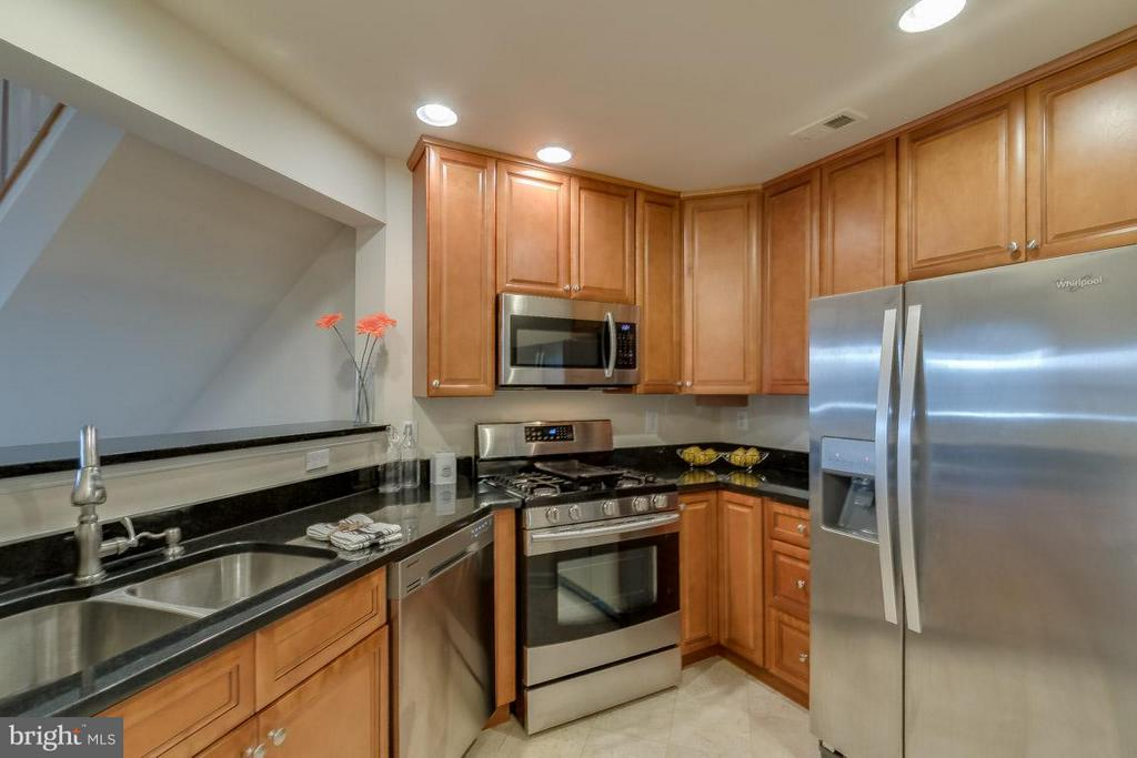 Kitchen w/ granite and stainless appliances - 1321 ADAMS CT N #402, ARLINGTON