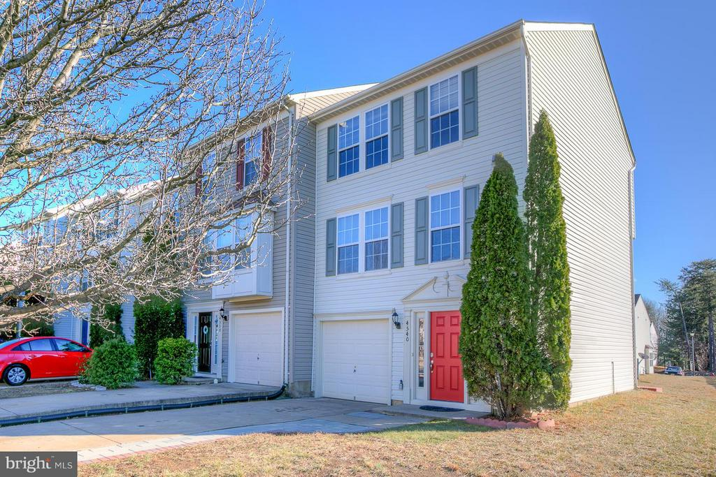 Exterior (Front) End unit town home with flat yard - 4540 PAPILLION CT, FREDERICKSBURG