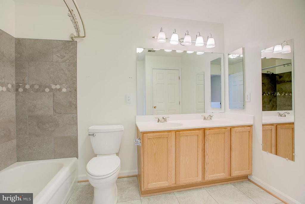 updated MB with dual sinks! - 4540 PAPILLION CT, FREDERICKSBURG