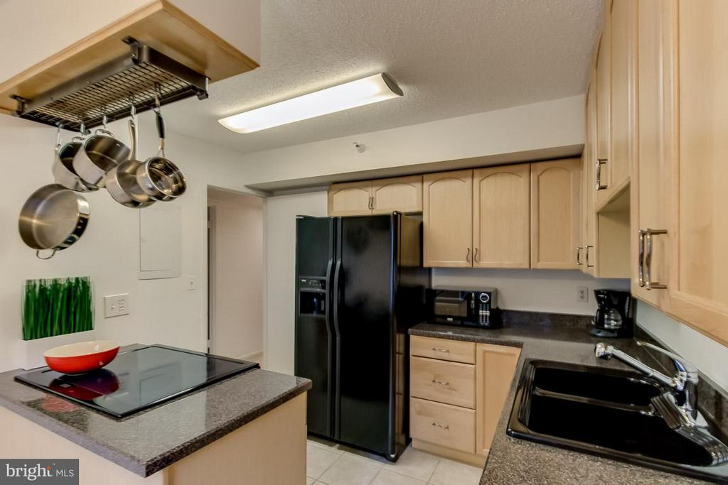 Kitchen w/ cooktop - 1600 OAK ST N #406, ARLINGTON
