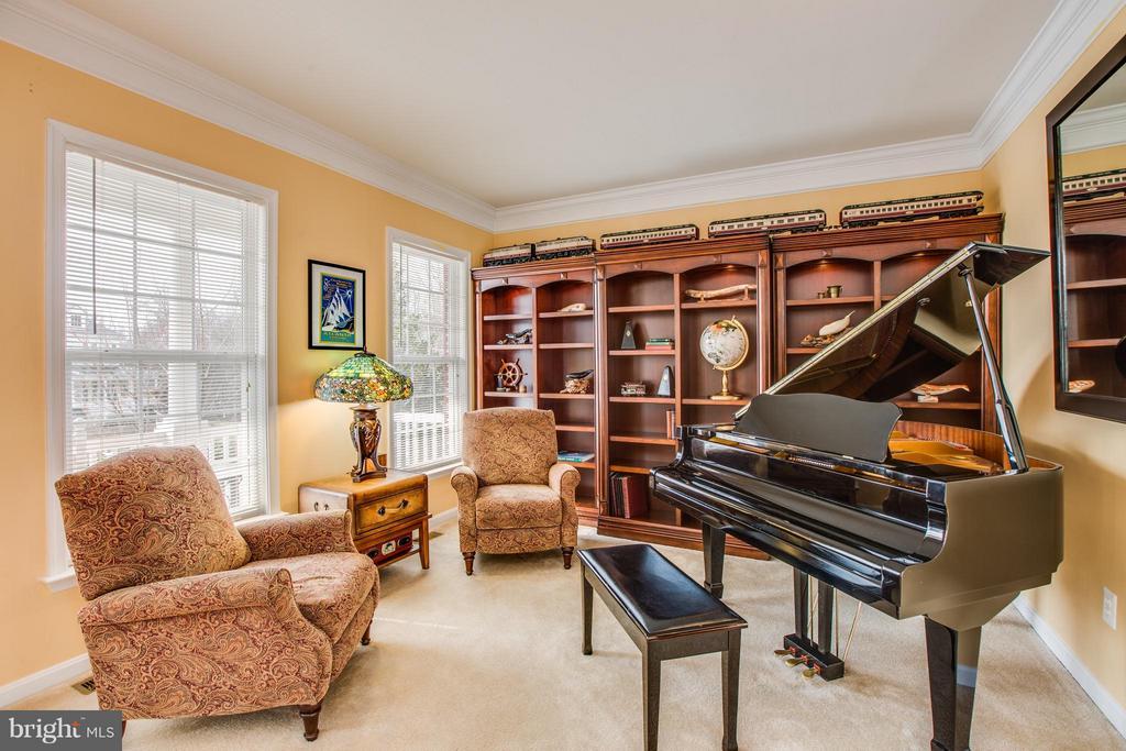 Formal living room featured as you enter home - 6 GARNER DR, FREDERICKSBURG