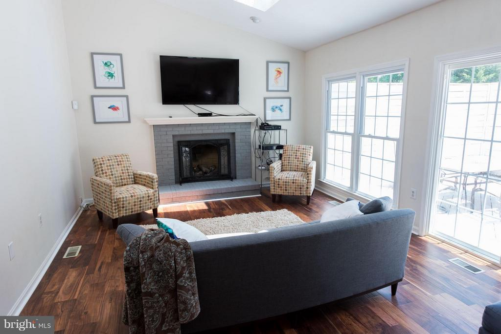 Lovely family room with cozy gas fireplace - 810 AUTUMN BREEZE CT, HERNDON