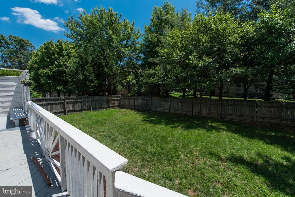 Large, fenced rear yard - 810 AUTUMN BREEZE CT, HERNDON