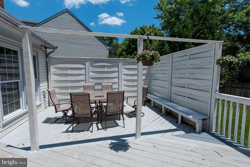 Private outdoor space for entertaining - 810 AUTUMN BREEZE CT, HERNDON