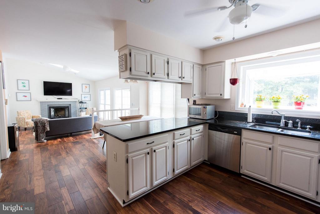 Well equipped kitchen with breakfast room - 810 AUTUMN BREEZE CT, HERNDON