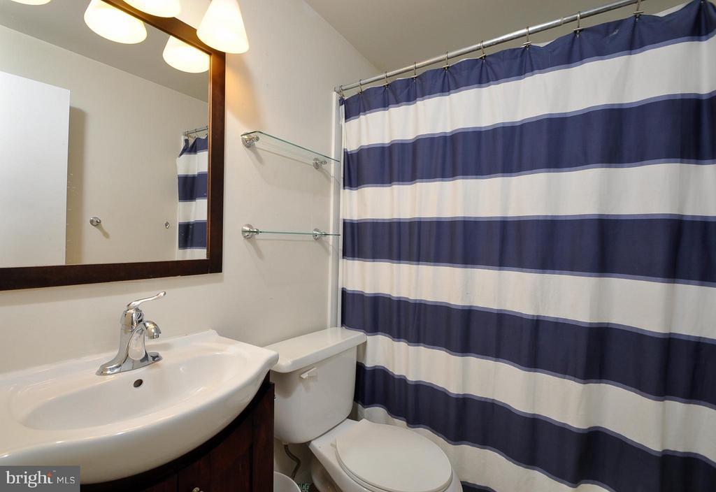 LL Bath - 14010 MAPLEDALE AVE, WOODBRIDGE