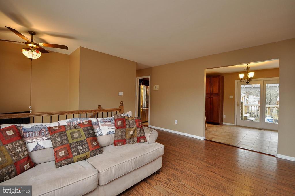 Cozy Living Area! - 14010 MAPLEDALE AVE, WOODBRIDGE