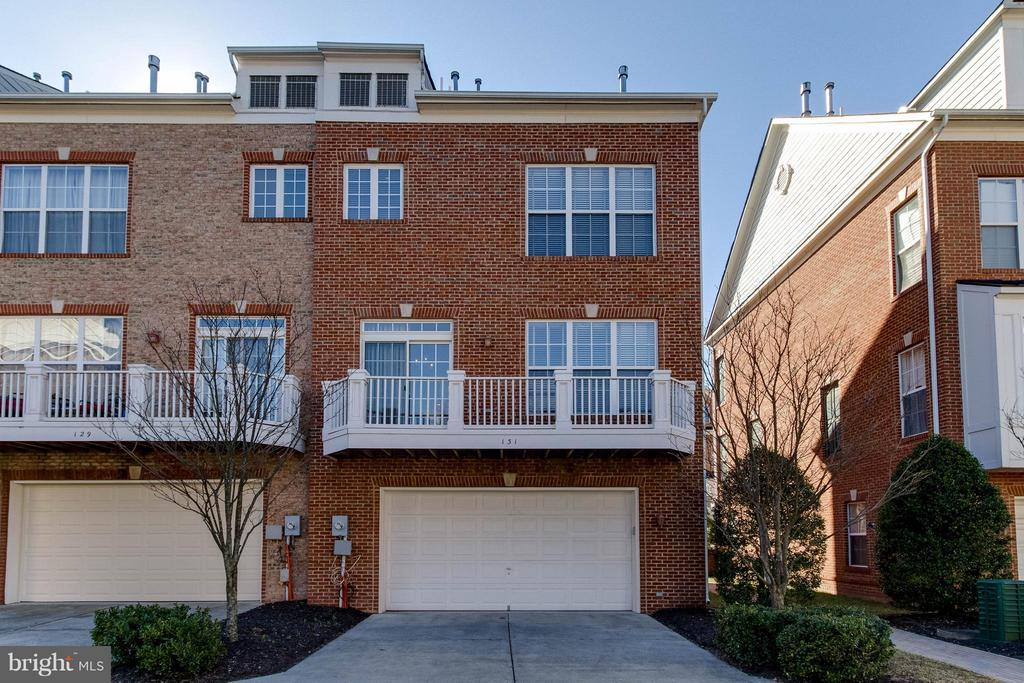 End unit with common area - 131 FORTNIGHTLY BLVD, HERNDON