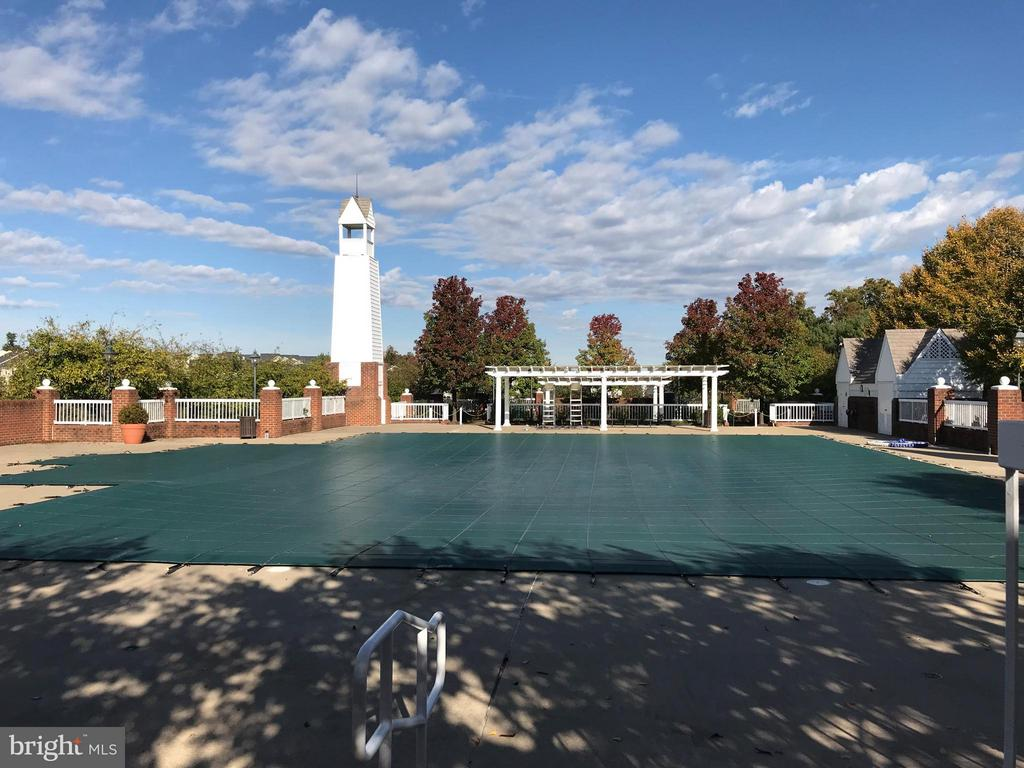 Walk to the community pool! - 2673 MCGUFFEYS CT, WOODBRIDGE