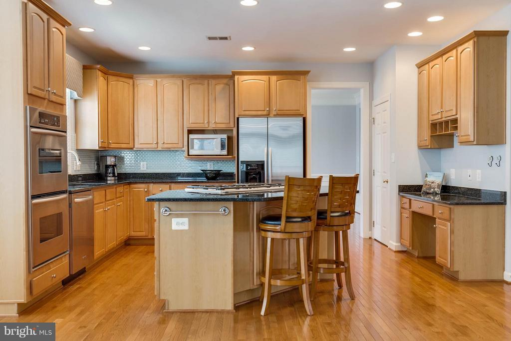 Open & Bright Kitchen with Granite Counters - 22752 PORTICO PL, ASHBURN