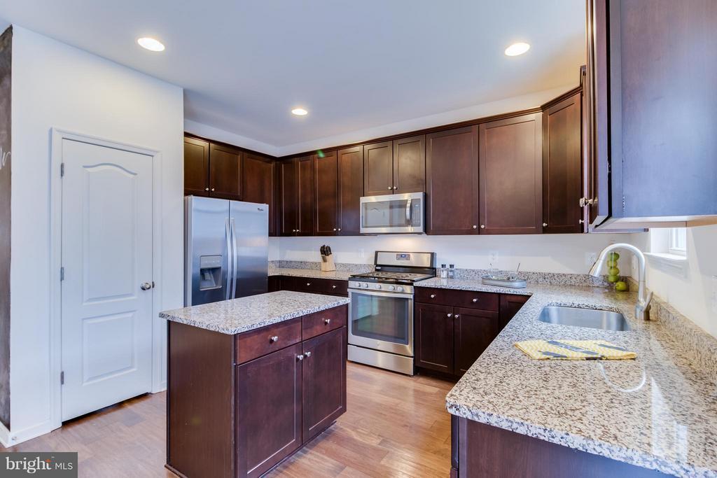 Upgraded Kitchen Cabinets, Oak Wood Floors - 107 FOUNDRY LN, STAFFORD