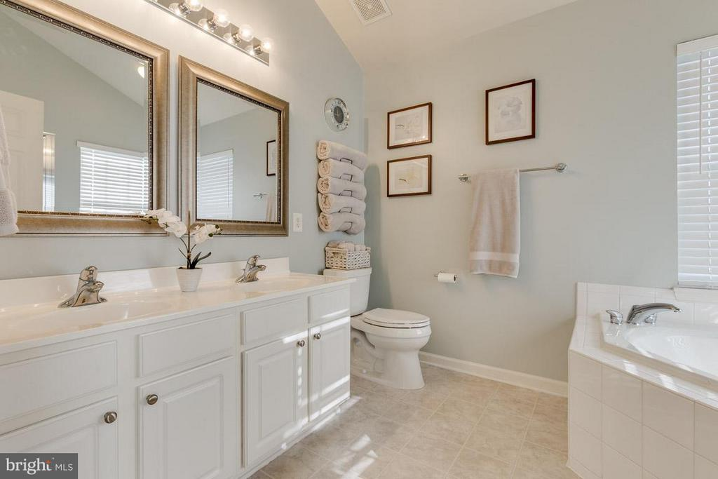 Master bath includes double sinks and soaking tub - 419 RUSERT DR SE, LEESBURG