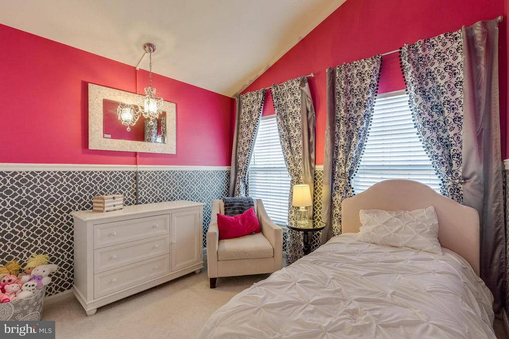 Bedroom hand-stenciled with decorative touches - 419 RUSERT DR SE, LEESBURG