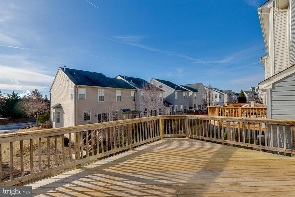 Large deck off of kitchen and family room - 419 RUSERT DR SE, LEESBURG