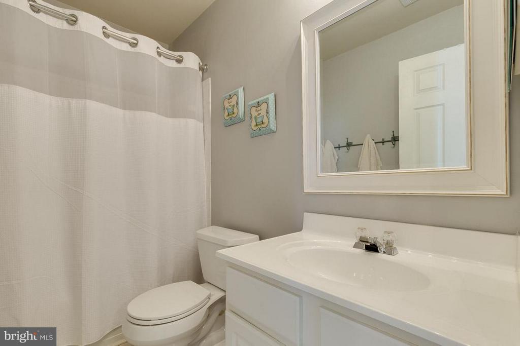 Hall bathroom - 419 RUSERT DR SE, LEESBURG