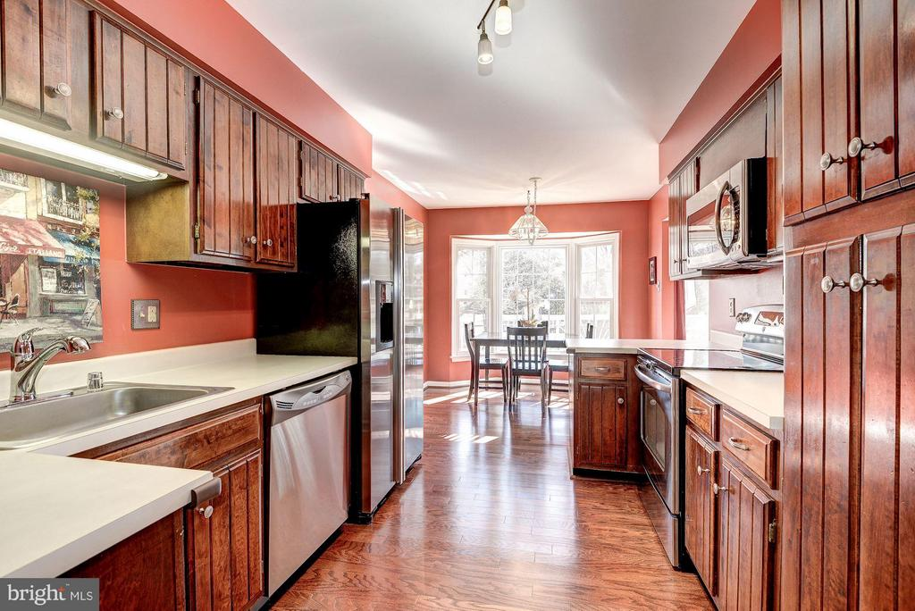 KITCHEN - BRIGHT, OPEN, and AIRY - 12418 WENDELL HOLMES RD, HERNDON